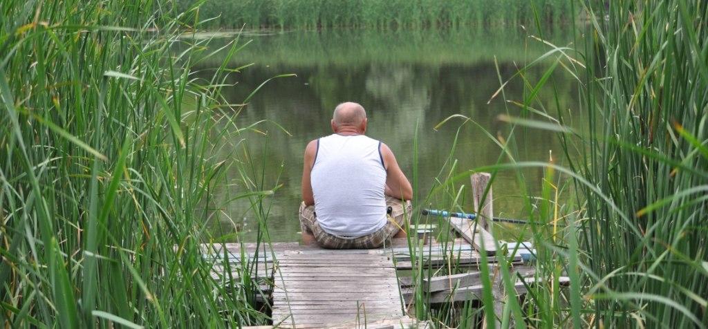 мужчина ловит рыбу